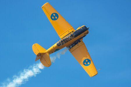 エーレブルー, スウェーデン - 9 月 2、2017: エレブルー空港での航空ショーでの空中戦で 16 SK の 2 つ。歴史的な airoplanes
