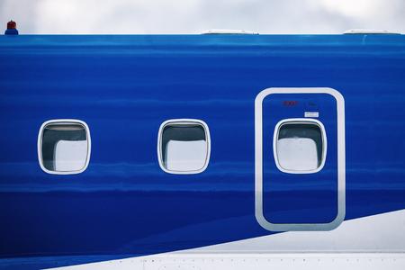 スウェーデンオレブロ-9 月2、2017: オレブロ空港の航空ショーで青い旅客機の窓。ヒストリック airoplanes