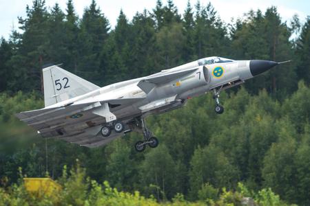 エレブルー空港での航空ショーの AJS 37 ビゲンとスウェーデンのオレブロ - 9 月 2、2017: 離陸します。歴史的な airoplanes