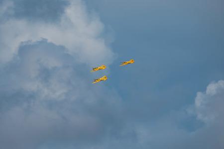 エーレブルー, スウェーデン - 9 月 2、2017: エレブルー空港での航空ショーでのフォーメーションで黄色の SK 50 のグループ。歴史的な airoplanes 報道画像