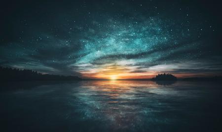 Les étoiles se reflètent dans l'eau de l'archipel au coucher du soleil. Le vert et l'orange frais ressemblent à la création du monde.