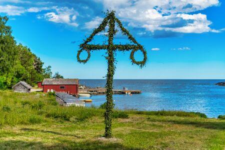 Klasyczny słup midsommer na linii brzegowej Roslagen, Szwecja