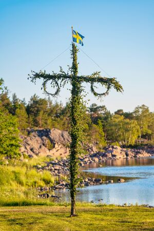Sunrise of a classic midsommer pole at the coast line of Roslagen, Sweden Stockfoto