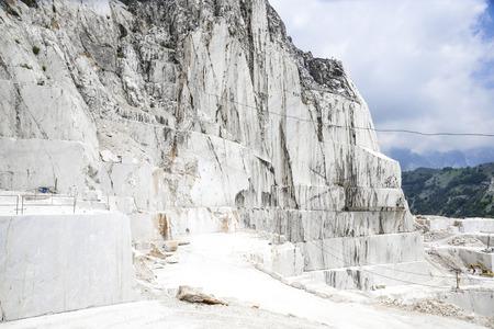 marbre précieux de Carrare. Carrière sur les Alpes Apuanes, Toscane, Italie