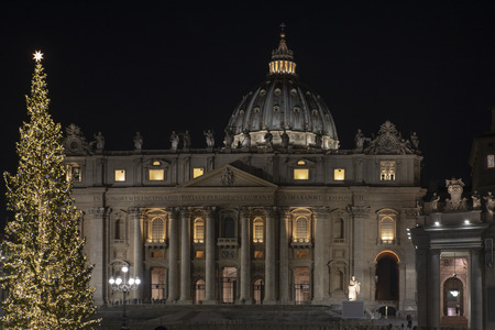 Papal Basilica of Saint Peter in Vatican at Christmas (Cathedral of Saint Peter) in Rome, Italy. Editoriali