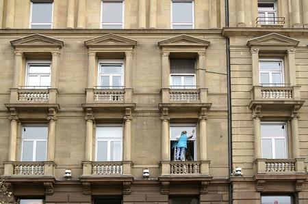 acrophobia: Window cleaning woman