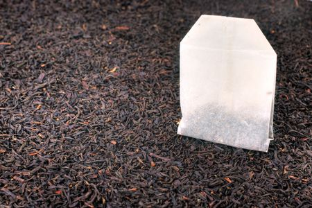 Bolsa de té y hojas secas de té. Bodegón de macro con Kelvin superficial.