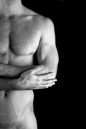 desnudo masculino: Hombre joven muscular deportivo sobre fondo negro