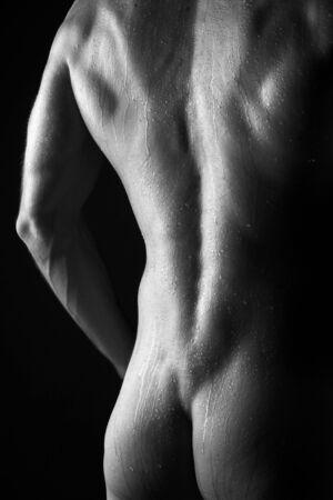 검정을 통해 피부에 물방울 젊은 스포티 한 남자 스톡 사진