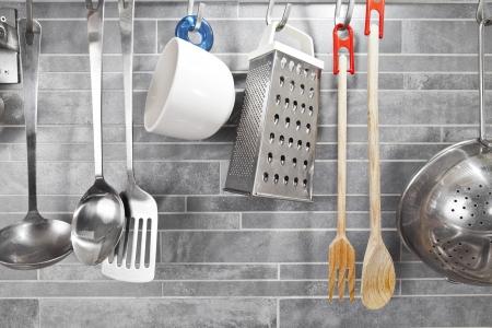 kitchen tools: Keuken gereedschappen op een grijze tegel marmeren muur