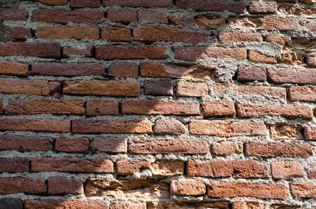 old aged: Muro di mattoni su una vecchia casa di et�