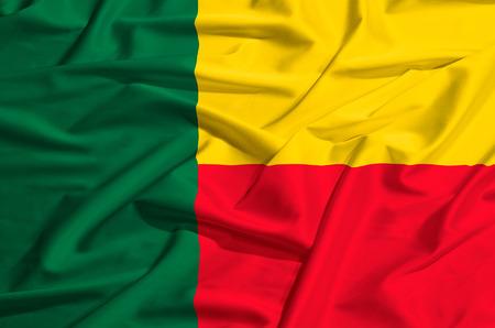 실크 드레이프를 흔들며 베냉 깃발