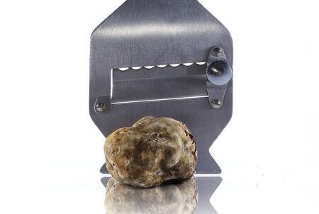 truffe blanche: truffe blanche d'Alba et co�teuse trancheuse en acier Banque d'images