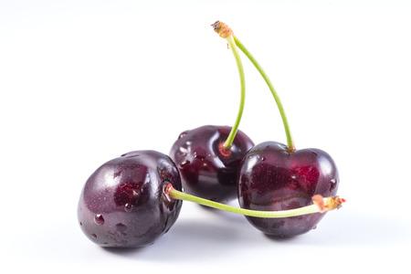 cereza: racimo de cerezas frescas de color rojo oscuro aislado