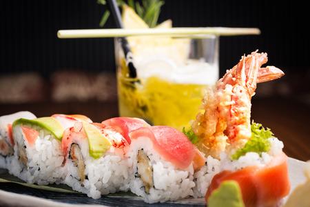 sake: plato de sushi y un cóctel alcoolic en un restaurante japonés