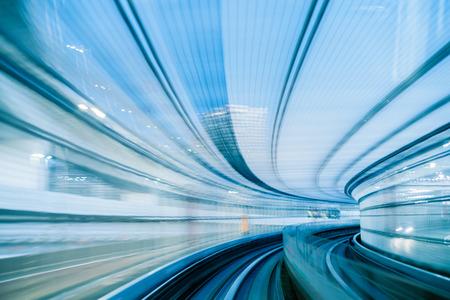 ferrocarril: túnel en Tokio en la noche borrosa como la idea de la velocidad