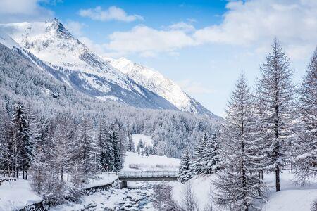 invierno paisaje cubierto de nieve en los Alpes italianos