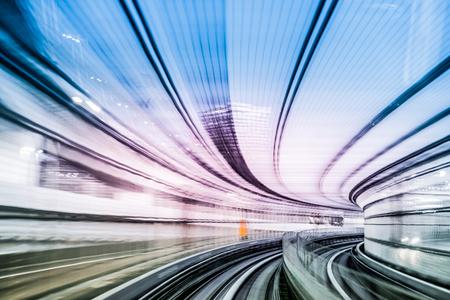 tunnel in tokyo 's nachts wazig als idee van de snelheid