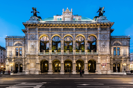 Wien opera building facade at early night 스톡 콘텐츠