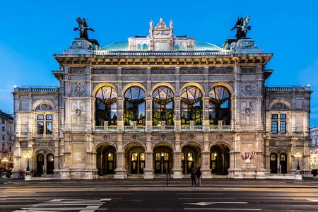 Wien opera building facade at early night Standard-Bild