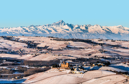 Grinzane Cavour castle and mountains in northern italy, langhe region, piedmont 新聞圖片