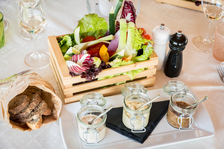 wooden box of organic vegetables in a restaurant 版權商用圖片 - 117362637