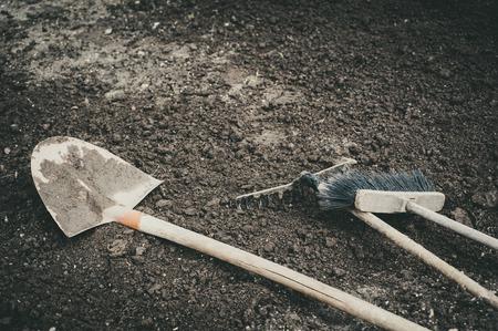 broom rake and shovel resting on the ground Zdjęcie Seryjne