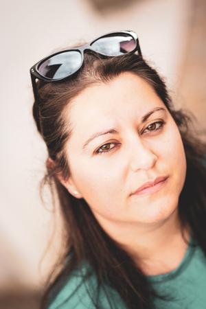 woman with sunglasses on her head Zdjęcie Seryjne