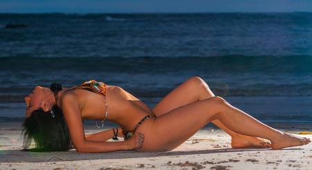 meuf sexy: Belle et sexy jeune fille posant sur la plage en R�publique Dominicaine Banque d'images