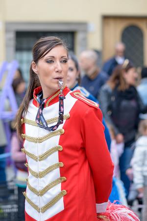 porrista: Monte Porzio, Italia - 19 de abril 2015: Majorettes espect�culo durante una fiesta de pueblo en Monte Porzio, cerca de Roma, Italia