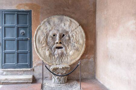is een beeld, gesneden uit Pavonazzo marmer, van een man-like gezicht, gelegen in het portiek van de kerk van Santa Maria in Cosmedin in Rome, Italië. De meest bekende eigenschap van de mond, echter, is zijn rol als een leugendetector. Vanaf het Midden-Ag