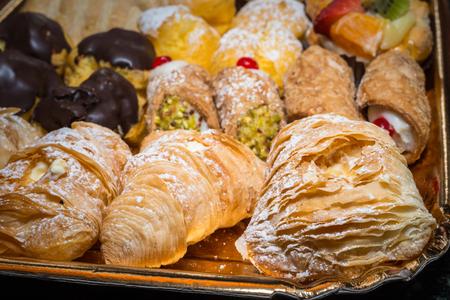 pasteles: pasteles de colores con frutas, crema y chocolate, el verdadero confitería italiana Foto de archivo