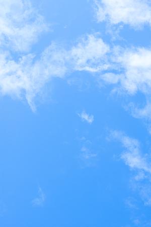 klaren, blauen Himmel und Wolken in Italien Standard-Bild