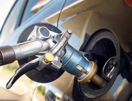 Benzinpistole während des Nachfüllens von Flüssiggas Standard-Bild