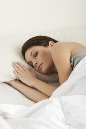 um jovem mulher só: Linda jovem dormindo Imagens
