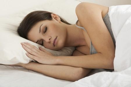 coussins: Belle jeune femme dormir