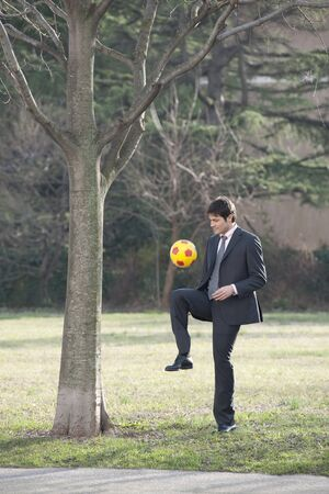 mondial: Businessman playing soccerfootball