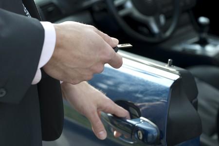 abriendo puerta: Apertura de la puerta de un coche de lujo  Foto de archivo