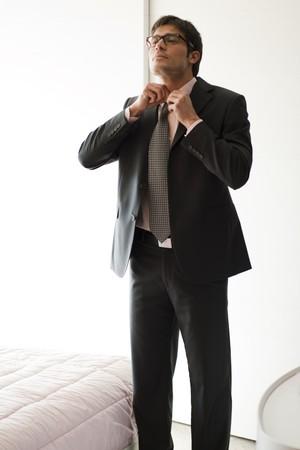 vistiendose: Hombre vestirse en el dormitorio de hir
