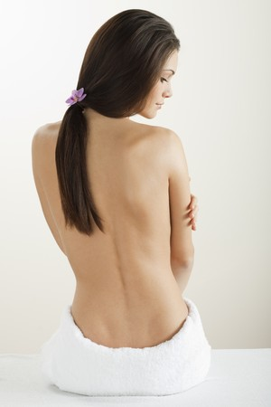 mujeres de espalda: Vista posterior de una hermosa mujer en spa  Foto de archivo