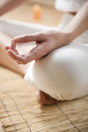 koncentrace: Hands of young woman meditating, focus on the hand