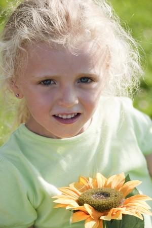 cute little girls: Cute ni�as peque�as con girasol  Foto de archivo