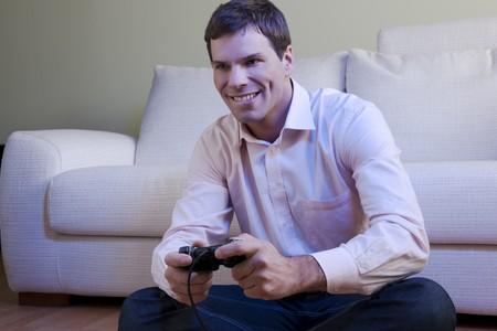 jugando videojuegos: Joven jugando juegos de video  Foto de archivo
