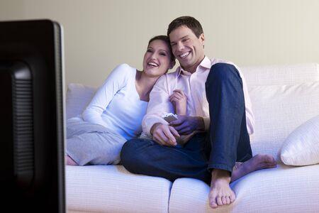 pareja viendo tv: Pareja relajada, ver televisi�n, enfoque selectivo