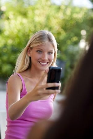 chicas adolescentes: Hermosas chicas adolescentes fotografiar con el tel�fono con c�mara