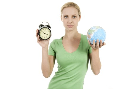 Joven sosteniendo una activación de alarma y la tierra; conceptos: tiempo para despertar, tiempo para proteger a la tierra  Foto de archivo - 7941080