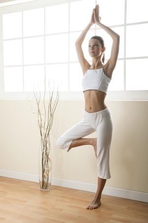 one teenage girl only: Joven haciendo yoga, pose de �rbol  Foto de archivo