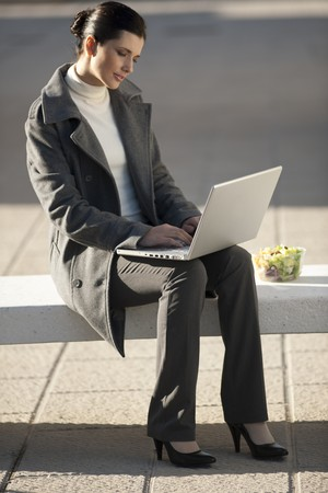 pause repas: Businesswoman working outdoors during lunch break