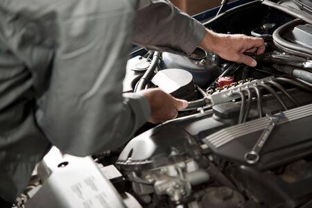mecanico: Motor de autom�vil reparaci�n de mano masculina