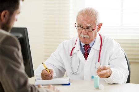 asma: Senior m�dico con su paciente